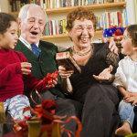 Что подарить бабушке на Новый год — 10 лучших идей
