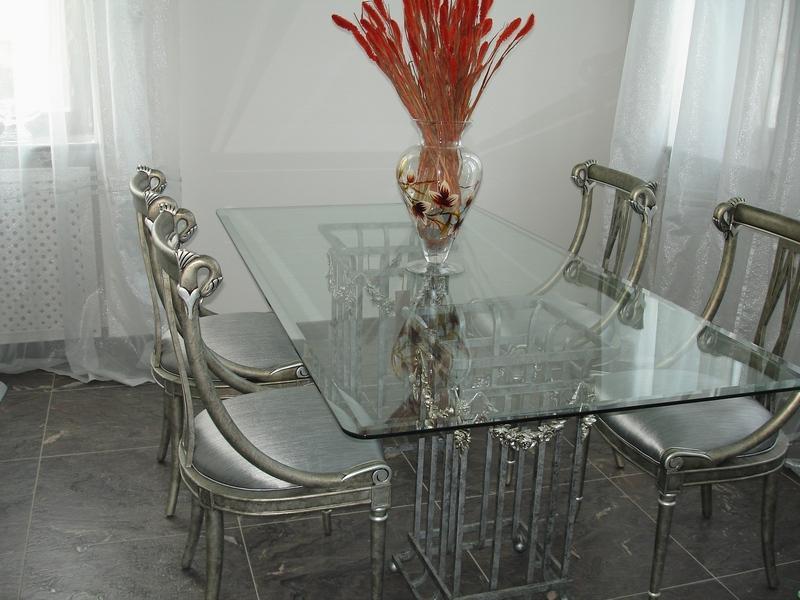 Как вывести пятна со стеклянной мебели