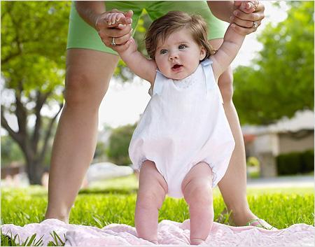 Чтобы прогулка с новорожденным была в удовольствие, надо подготовить все необходимые вещи, и перед выходом в свет положить их в сумку для мам