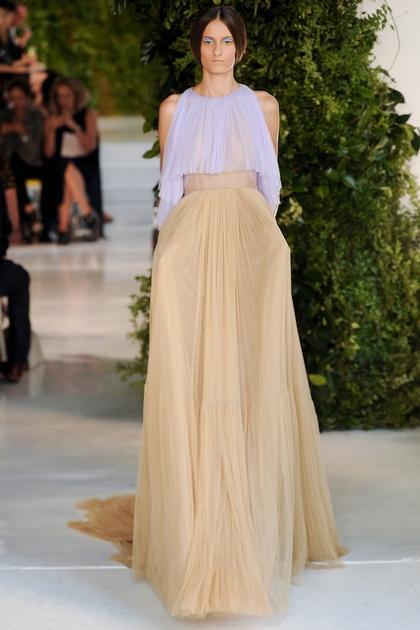 В летнем сезоне джинса повсюду, в том числе и в платьях лето 2014, фото ниже. И это не обязательно классические джинсовые платья на кнопках универсального