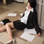 Причины и признаки обморока, первая помощь – что делать при обмороке, и чего делать не следует