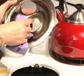 Как отмыть плиту, микроволновку, чайник на кухне быстро и эффективно - удаляем жир с бытовой техники