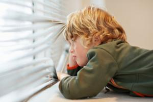 С какого возраста можно оставлять ребенка одного дома?