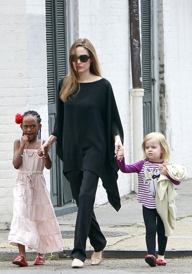 Анджелина Джоли в свободной тунике с узкими брюками