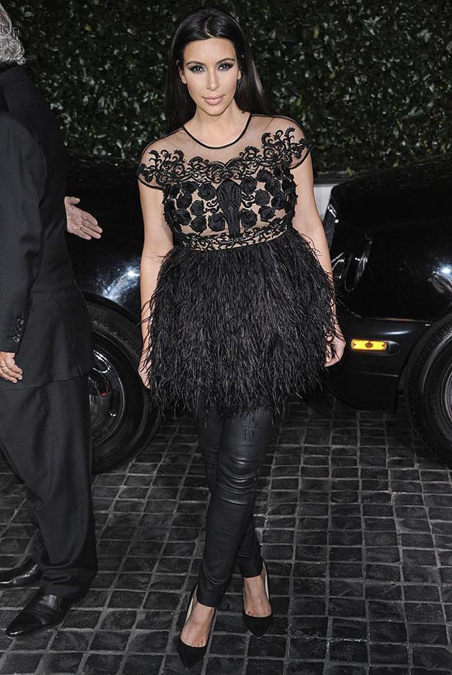 Ким Кардашьян в тунике с кожаными брюками
