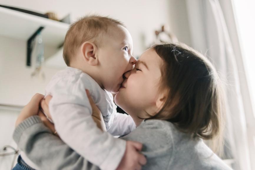 Как предупредить ревность ребенка к новорожденному?