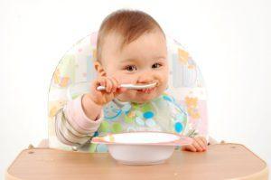 Как научить ребенка от года есть самостоятельно и аккуратно