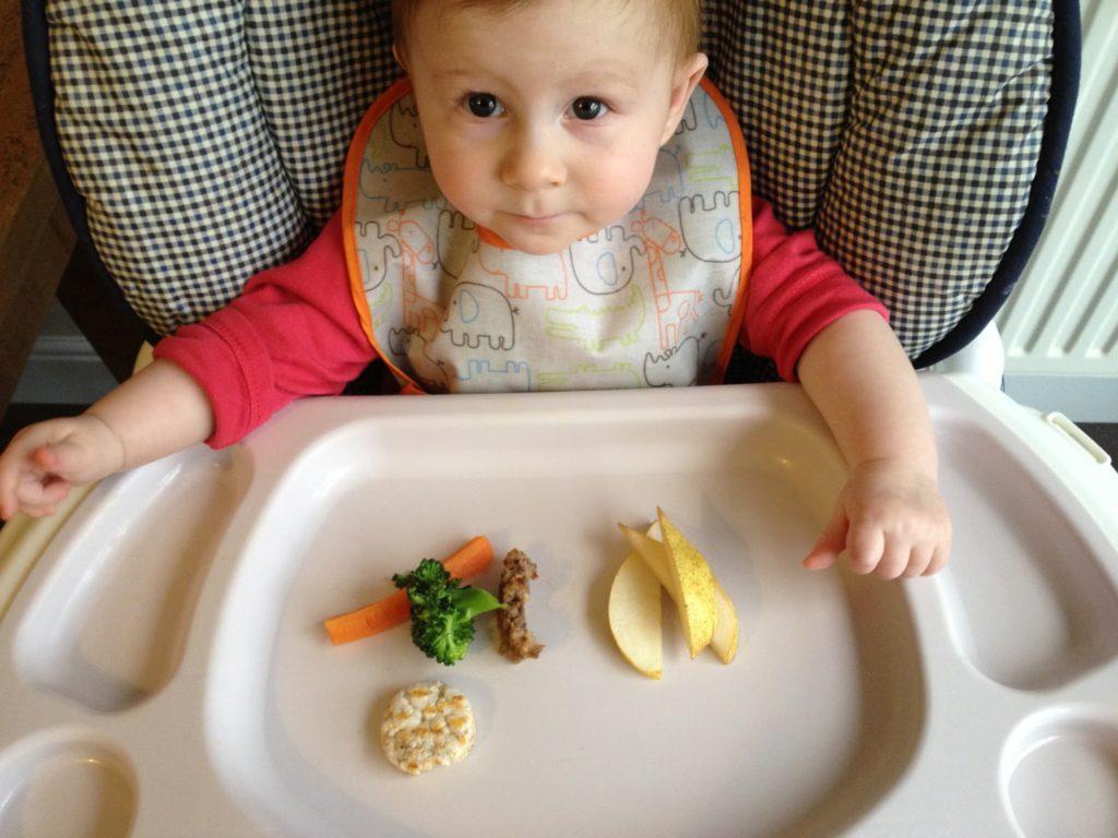 Когда ребёнок начинает сам кушать ложкой самостоятельно
