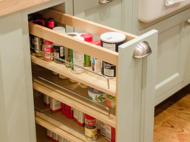 Выдвижной ящик для хранения специй на кухне