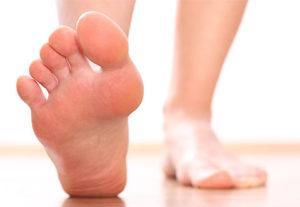 Почему потеют ноги и что делать?