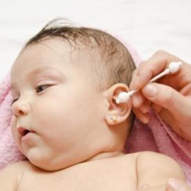 Чиска ушей новорожденного ребенка
