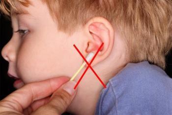 Чем правильно чистить уши ребенку?