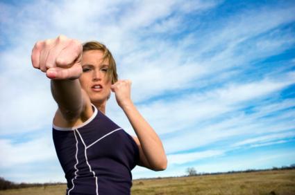 Выбираем школу самообороны для женщин - что входит в обучение?