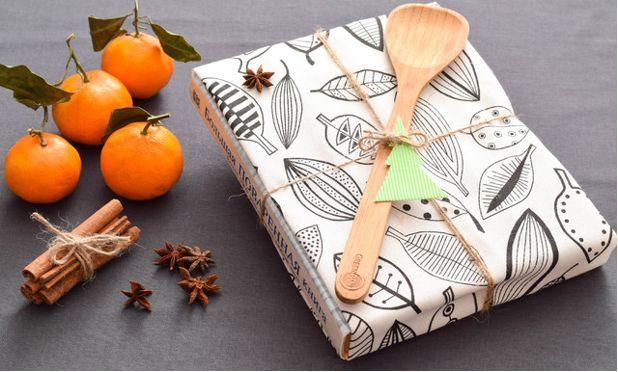 В подарок семейной паре - кулинарная книга или сувениры на новый год