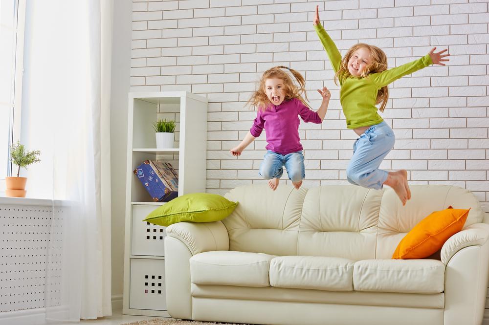 Фото детей прыгающих на диване