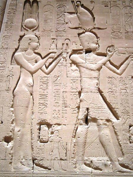 Изображение Клеопатры и Цезариона в храме Хатхор в Египте