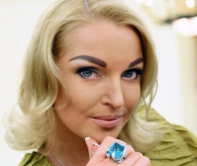 Анастасия Волочкова: слишком широкие неестественно черные брови сделали лицо грубым и добавили возраста