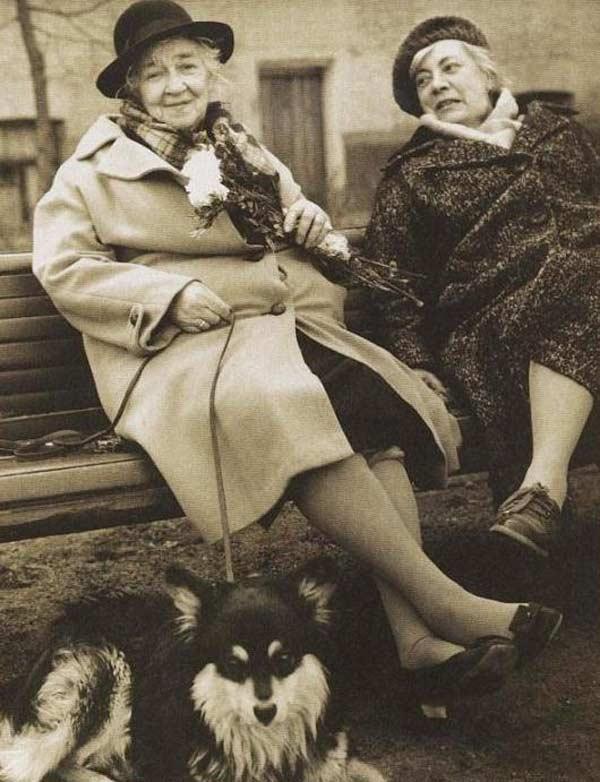 Фаина Раневская с сестрой и любимой собакой Мальчиком