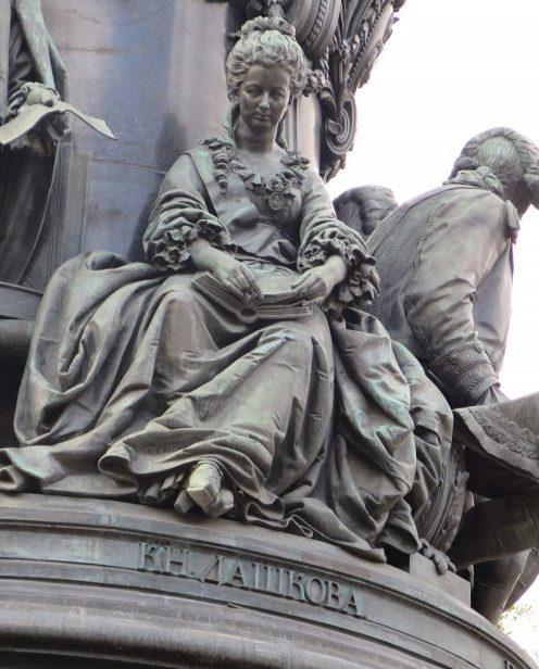 Екатерина Романовна Дашкова на памятнике Екатерине Великой