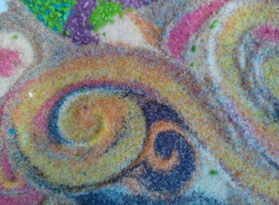 Рисование пальчиками по цветной манке