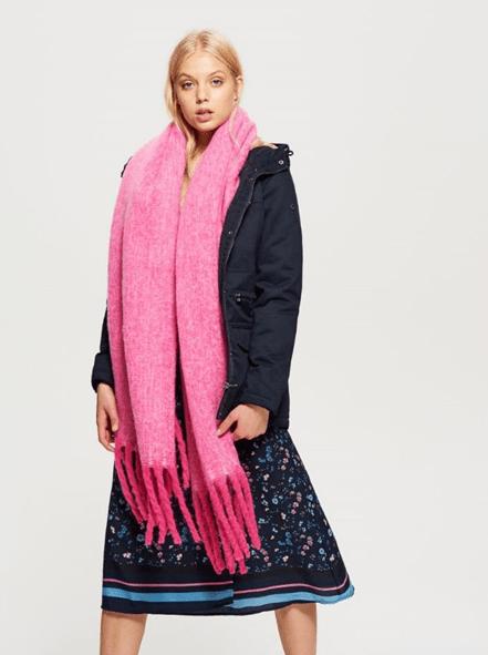 Розовый шарф с бахромой из Cropp
