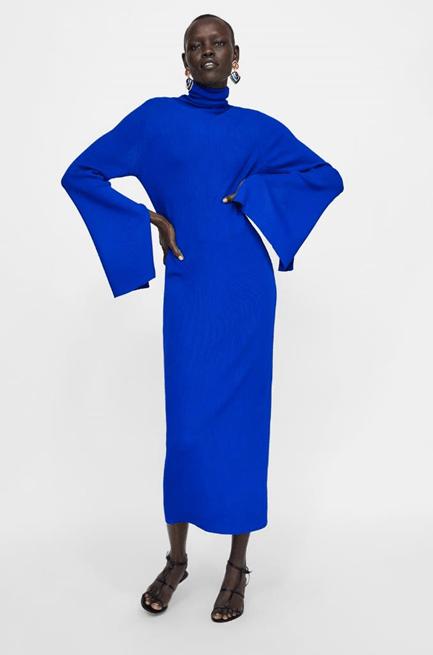 Яркое синее платье с расклешенными рукавами