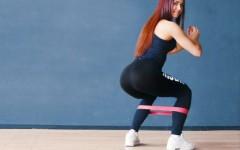 9 упражнений для ног и ягодиц с резинкой для фитнеса, которые заменят тренировку в спортзале