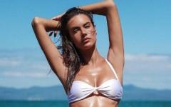 39-летняя Алессандра Амбросио демонстрирует идеальную фигуру на пляже. В чём секрет её идеальной фигуры?