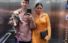Одежда на двоих: семейная пара из Британии придумала новый способ экономить на одежде