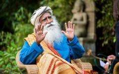 «Просто сделайте это перед сном»: 6 советов, чтобы хорошо высыпаться от индийского йогина и мудреца Садхгуру