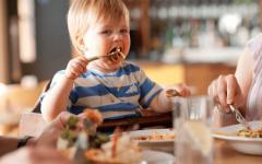 С детьми в ресторан: что можно и нельзя позволять ребенку — этикет в России и за границей