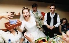 10 лучших подарков на свадьбу друзьям – можно ли дарить на свадьбу деньги?