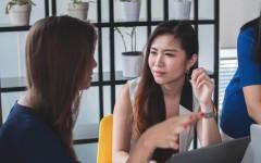 4 невербальных приёма, которые помогут расположить к себе собеседника – советы психолога