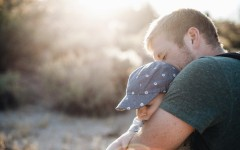 Должен ли отец обнимать и целовать сына – мнение психолога