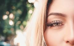Врач-офтольмолог рассказал, какие бьюти-тренды могут быть опасны для глаз