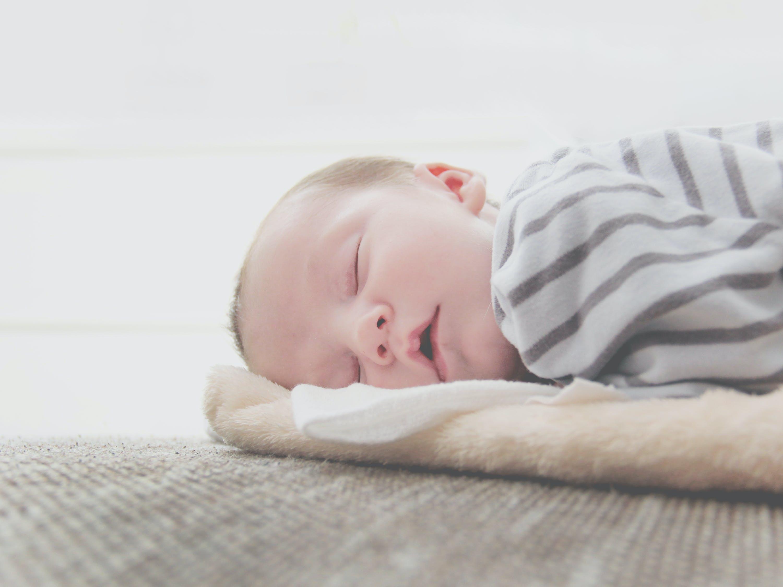 новорождённый спит
