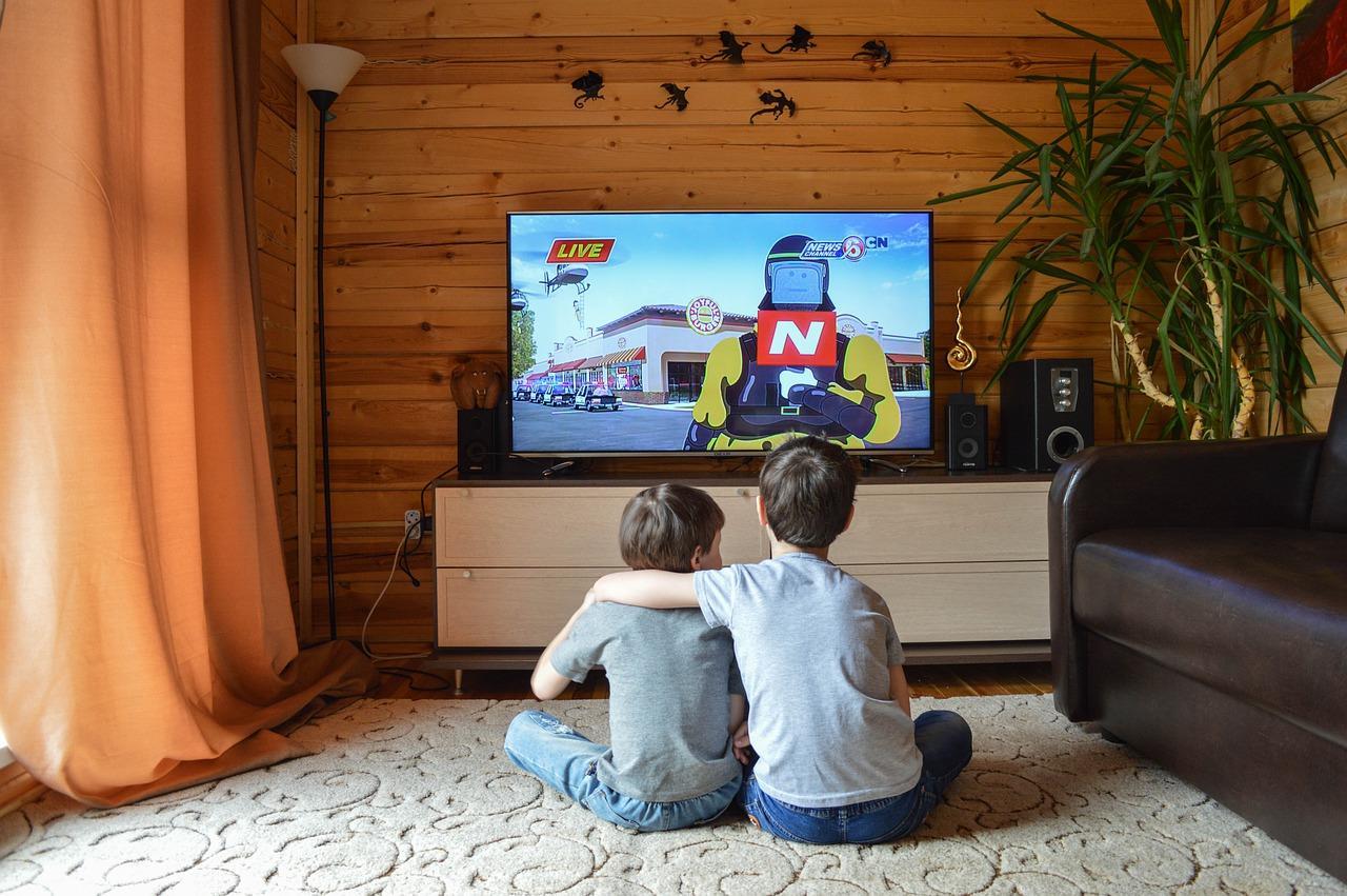 дети смотрят телефизор