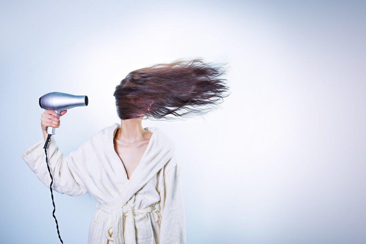 сушит волосы