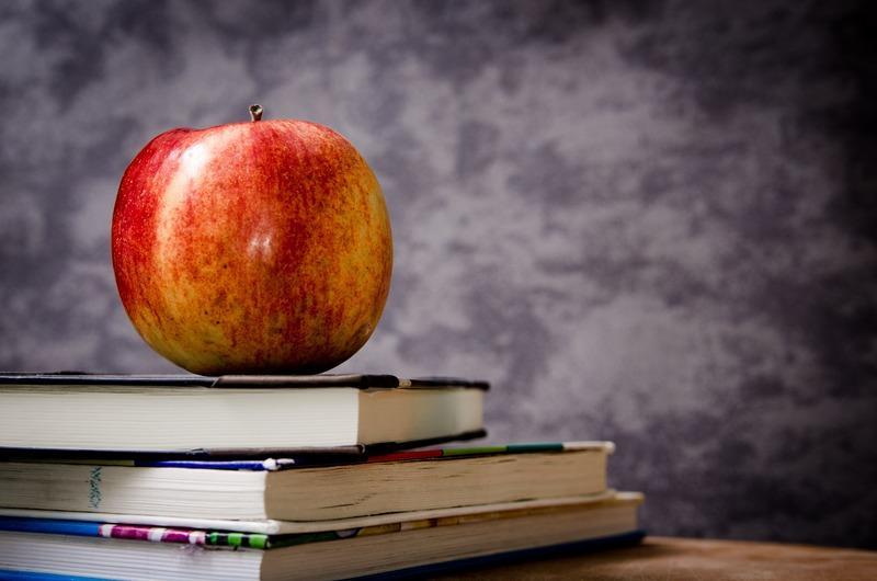 яблоко на книгах