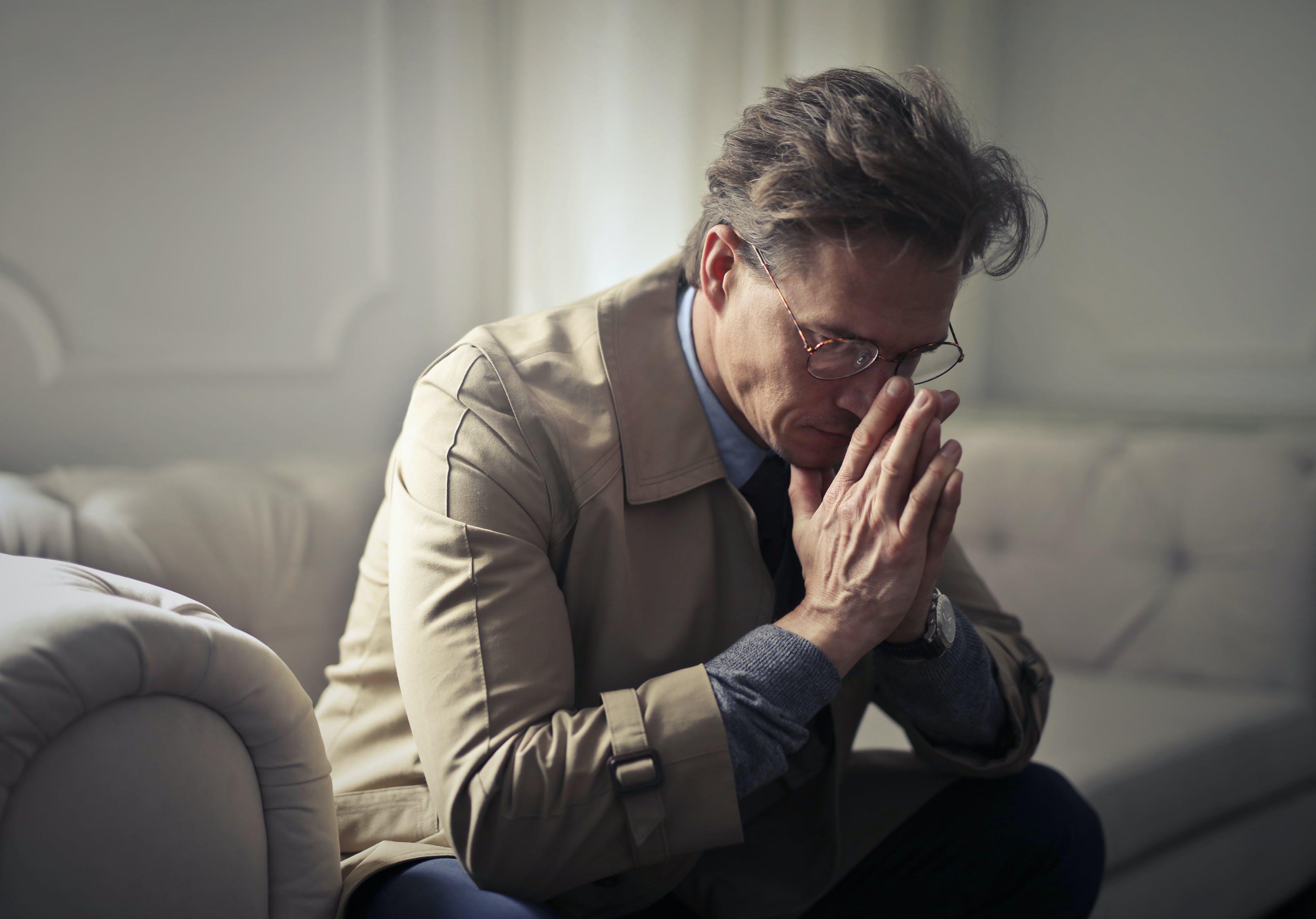 мужчина грустный