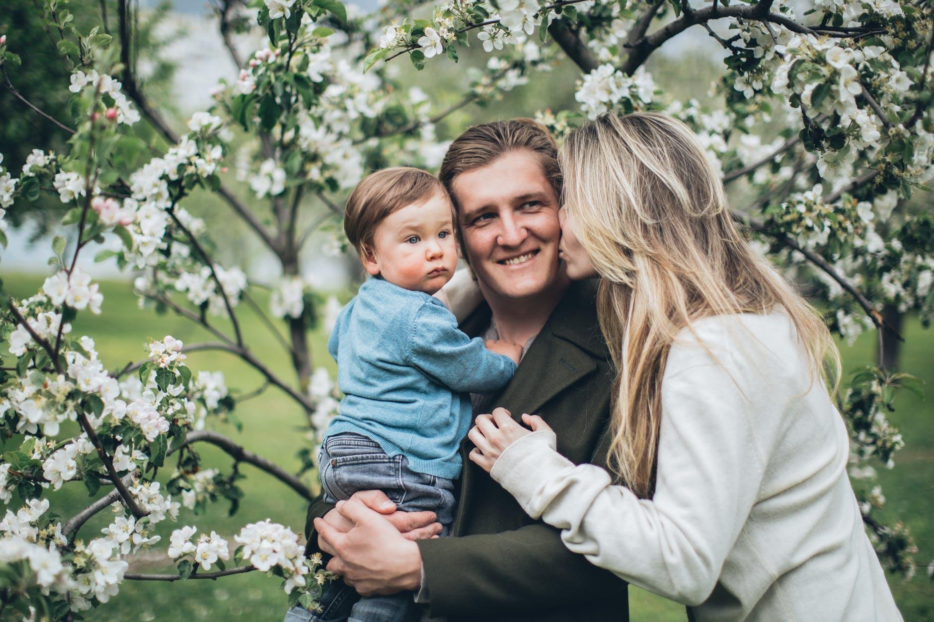 Психолог рассказал, как жена может помочь мужу наладить контакт с детьми – 10 способов