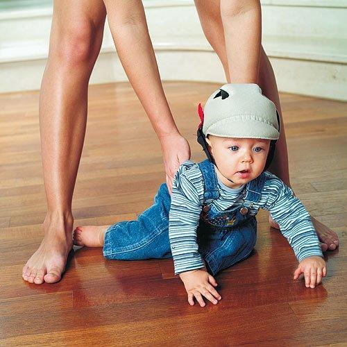 Безопасность детей дома - шлем и наколенники