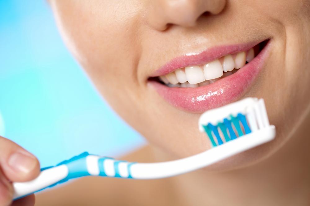 зубную пасту в десны_shutterstock_83039137
