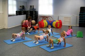 дети занимаются фитнесом