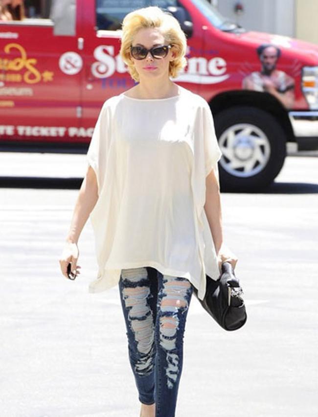 Актриса Роуз Макгоун в свободной тунике с джинсами