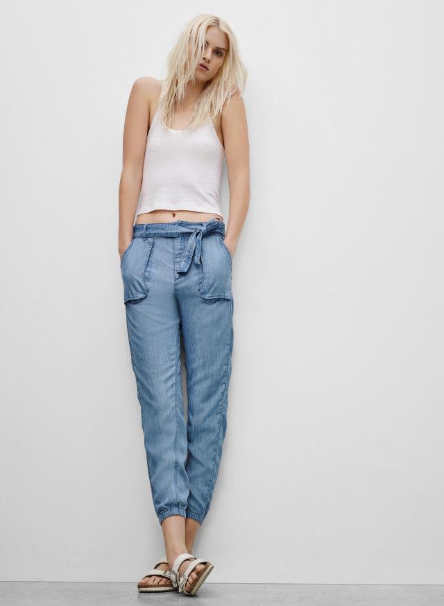Узкие ремешки на джинсах с высокой талией
