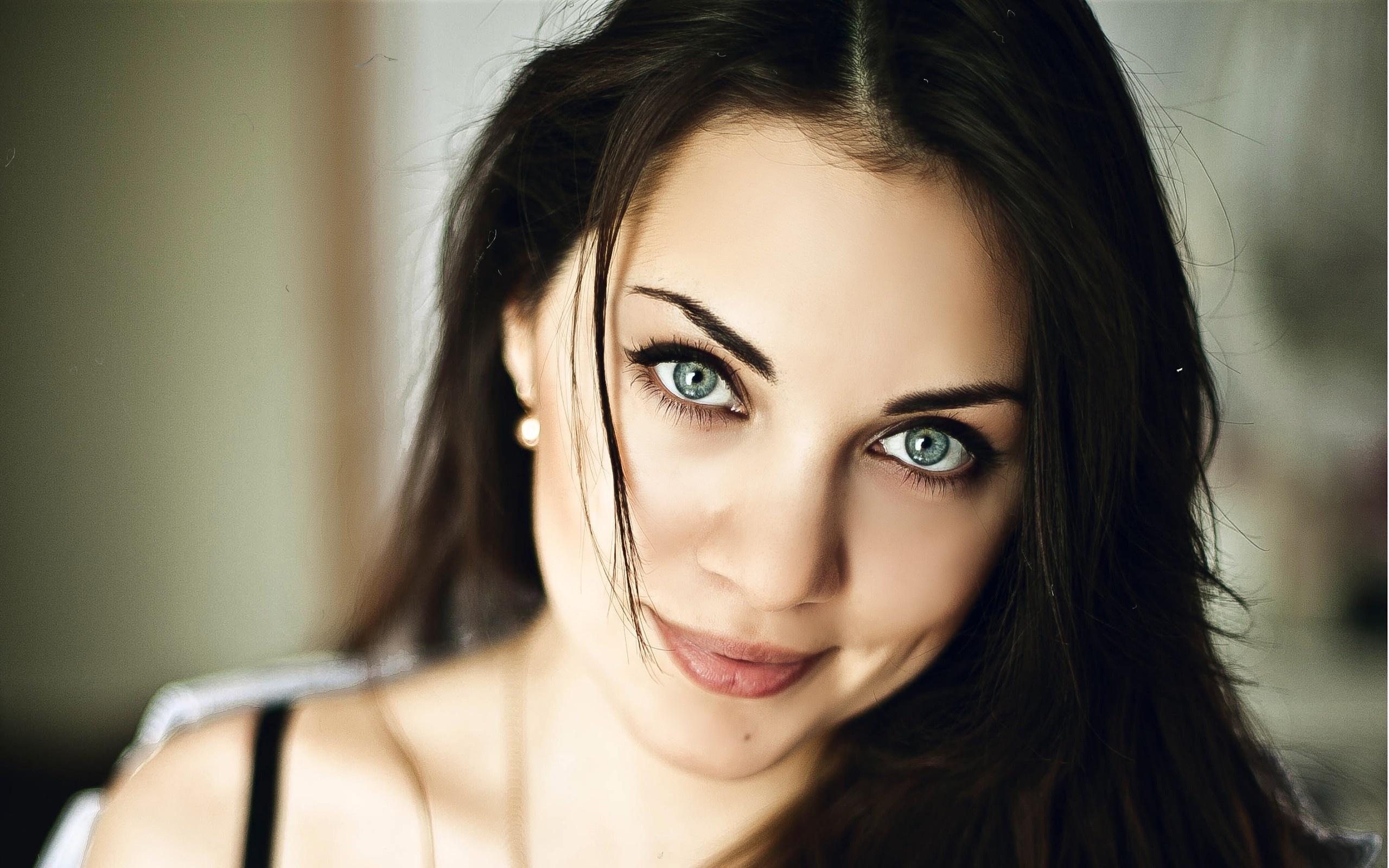 Вечерний макияж для брюнеток с серыми и голубыми глазами