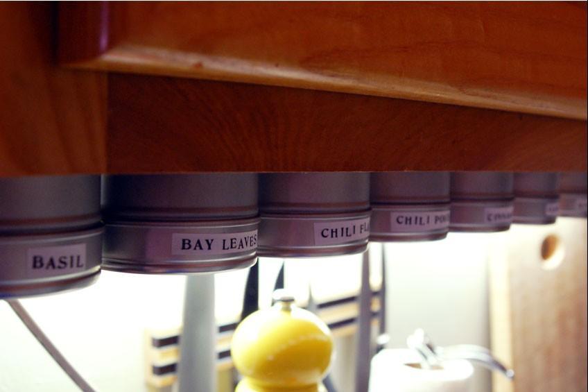 Специи под кухонным шкафчиком на прикрученных к нему крышках