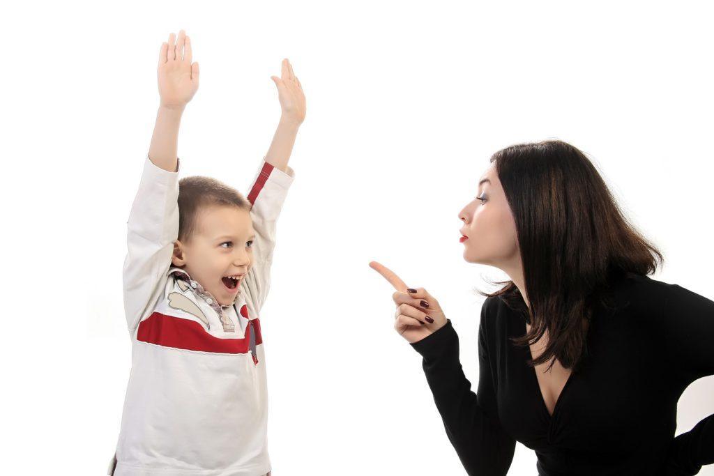Как вести себя родителям с непослушным ребенком