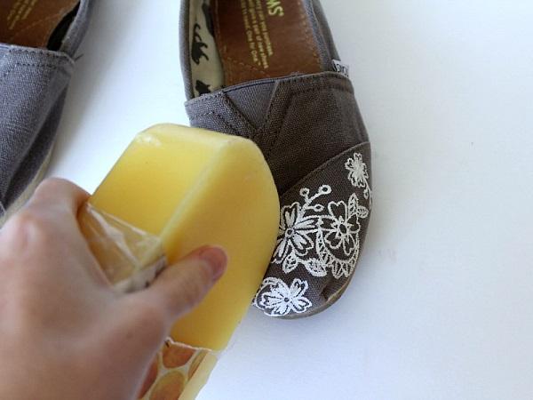 Воск поможет сделать обувь водоотталкивающей и непромокаемой